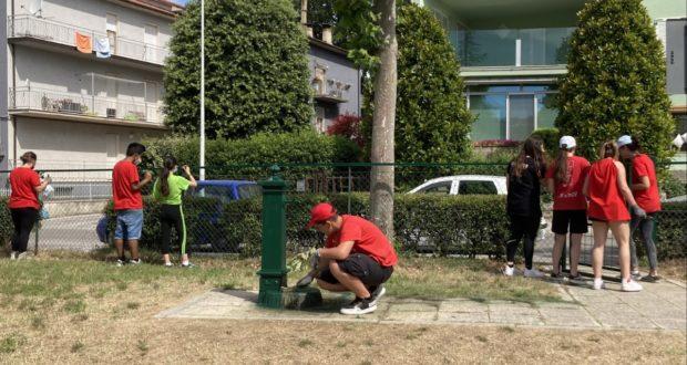 Ragazzi all'opera nei giardinetti del rione Settempeda