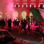 Fumogeni e bandiere per l'Italia campione d'Europa