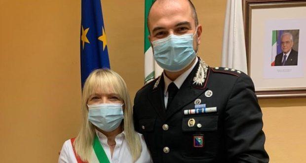 Il Capitano De Carlini con il sindaco Rosa Piermattei