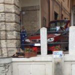 L'auto piombata sotto i portici
