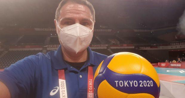 Roberto Taddei con il pallone ufficiale dei Giochi olimpici