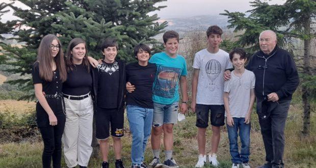 I ragazzi e le ragazze con il parroco don Pacifico