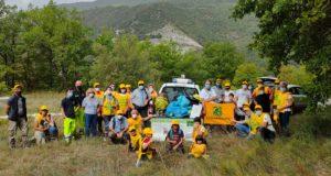 """I partecipanti all'iniziativa di """"Puliamo il Mondo"""" con i rifiuti raccolti lungo la Valle dei grilli"""