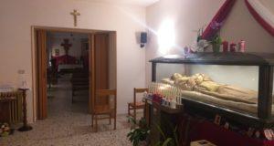 L'urna del santo all'interno di uno spazio agibile del santuario