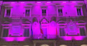 Il municipio illuminato di rosa
