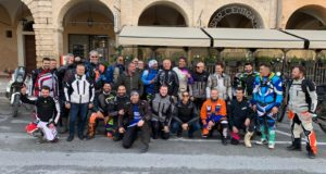 Il Gruppo in piazza assieme a Giovanni Sala