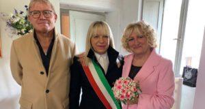Gli sposi nella foto ricordo con il sindaco Rosa Piermattei